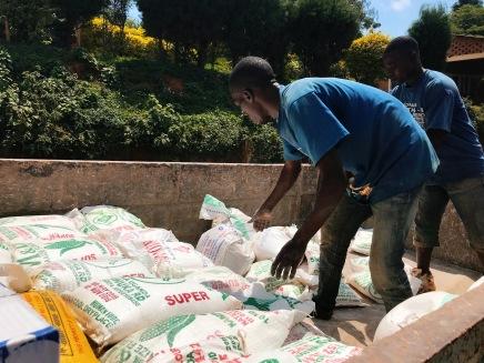 Beladen von Maismehl, Reis und Sorghum